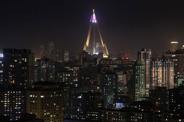 Quand le colossal hôtel fantôme de Pyongyang s'illumine