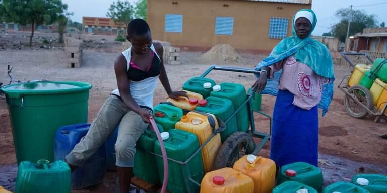 Au Burkina Faso, la longue veillée des femmes autour des bornes-fontaines