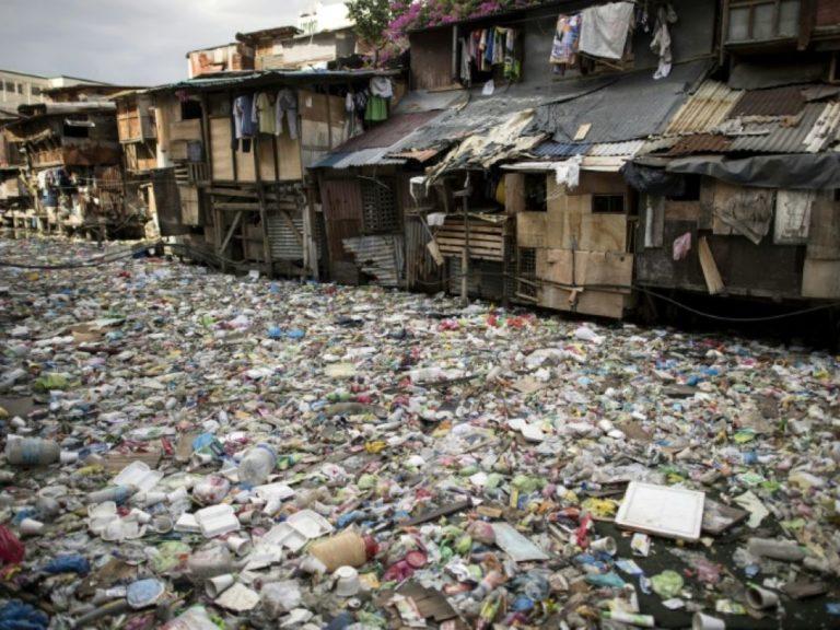 Pollution au plastique : un fleuve de déchets à travers Manille