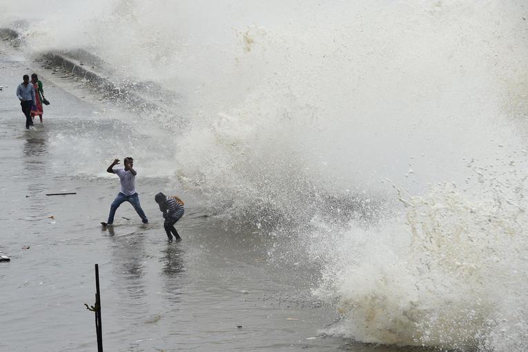 À Bombay, la mer vomit les déchets des humains à la tonne