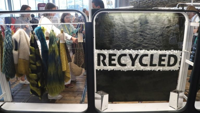 Blouson en ananas et baskets en bouteilles recyclées : la mode éco-responsable cartonne