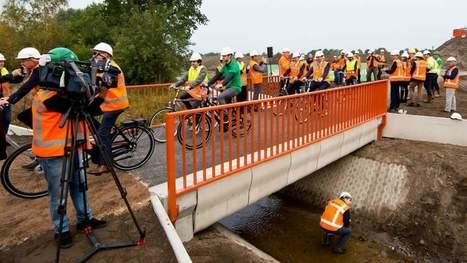 Aux Pays-Bas, les cyclistes roulent sur un pont en béton imprimé en 3D