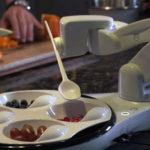 Obi, le premier robot qui sert les repas aux handicapés
