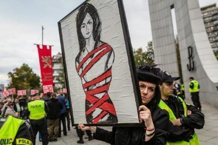 Pologne: manifestation en noir contre l'interdiction totale de l'avortement