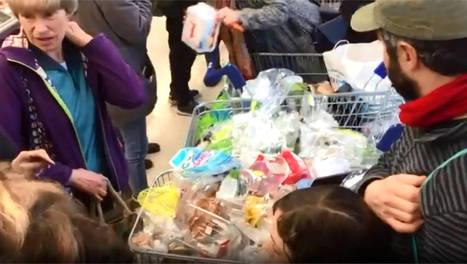 Quand des clients laissent tous leurs emballages en plastique dans leur supermarché