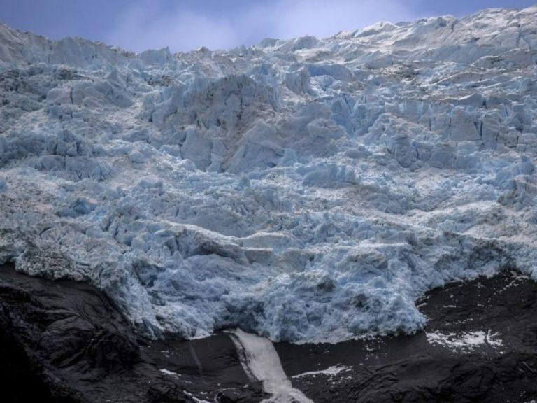 Réchauffement climatique : l'Islande rend hommage à son premier glacier disparu