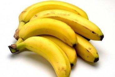 Une adolescente fait du plastique à partir de bananes