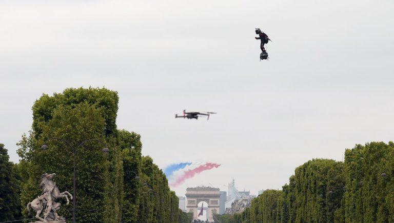 VIDÉOS – Homme volant, exosquelette, nano-drone: les bijoux technologiques du défilé du 14-Juillet