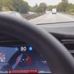 Vous conduisez sans les mains? Votre Tesla vous prive de conduite autonome