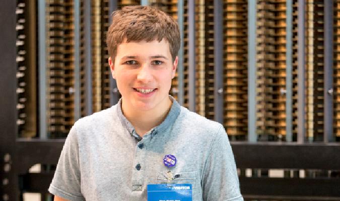 À 18 ans, il invente une méthode pour nettoyer les océans