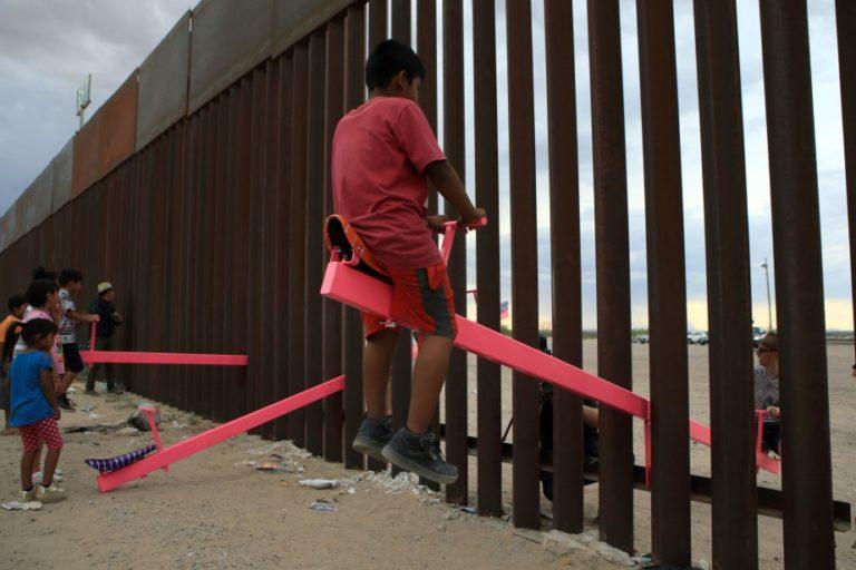 Des balançoires à la frontière américano-mexicaine | International