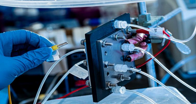 Un réacteur permet de transformer les gaz à effet de serre en combustible liquide