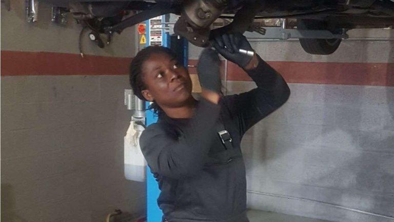 Dans son garage de réparation à Nogent-sur-Oise Honorine Yao milite pour la mécanique au féminin