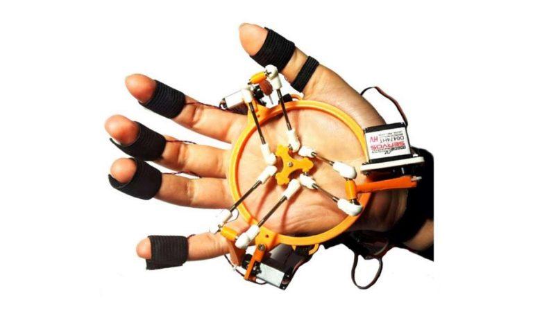 Ce gant haptique permet de toucher des objets dans la réalité virtuelle !