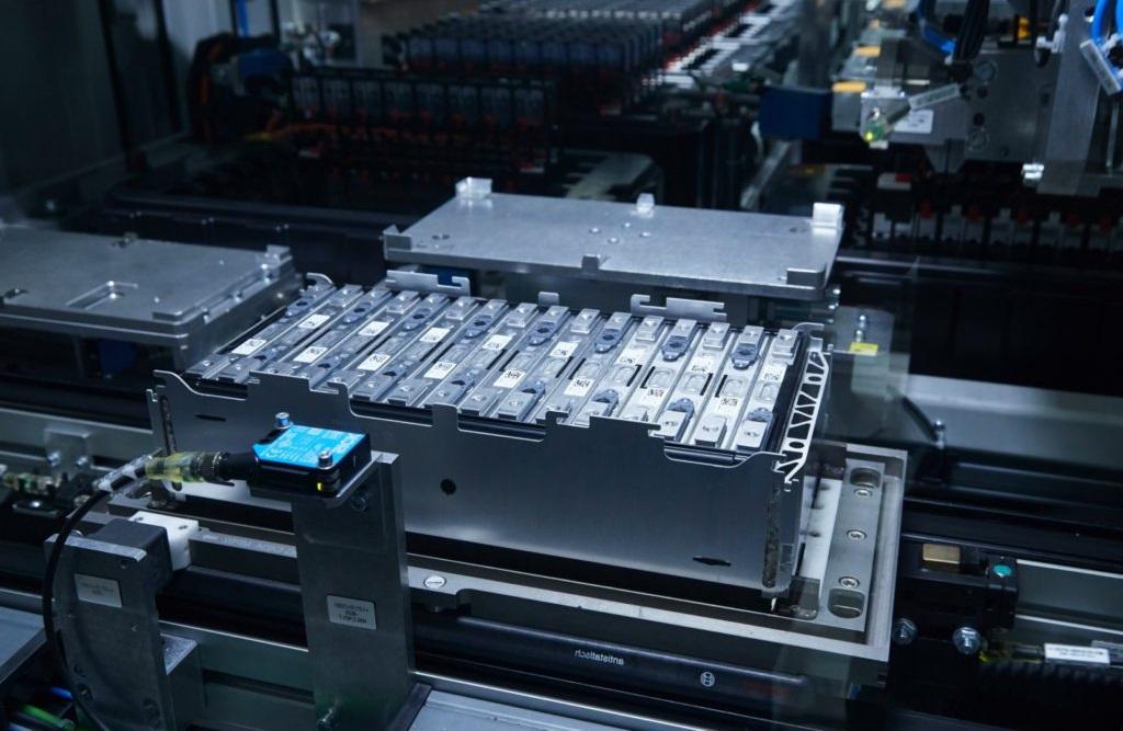Voiture électrique et batteries solides : la recherche avance