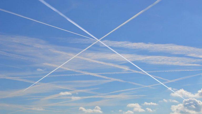 Et si les avions volaient plus bas pour avoir moins d'impact sur le climat ?