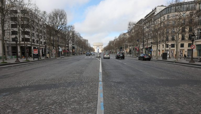 CORONAVIRUS : le confinement total de la France se met en place, un couvre-feu dès mardi soir