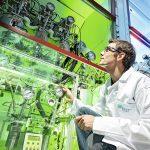 Regardez bien ce chimiste français : il veut transformer le CO2 en carburant