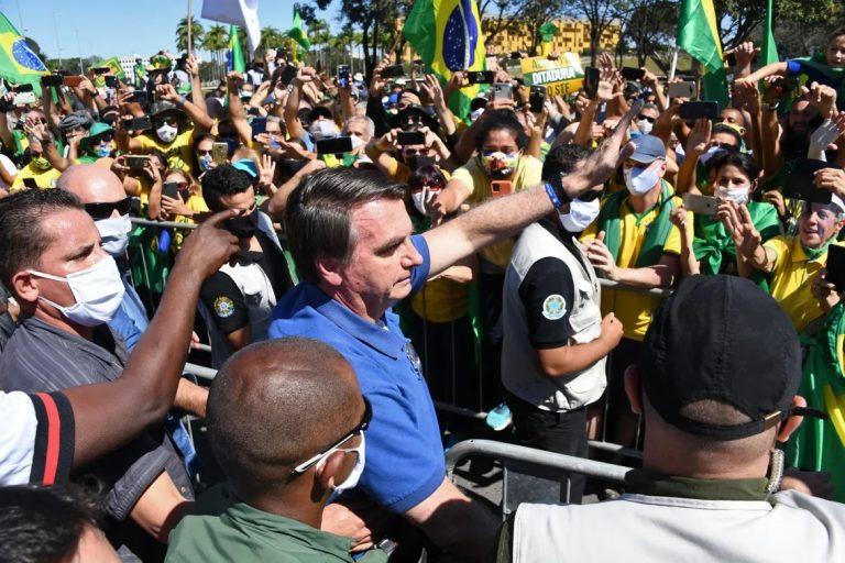 Dans un Brésil qui s'enfonce dans l'horreur du virus, Bolsonaro tient et même contre-attaque