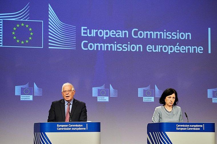 La Commission européenne durcit sa position dans la lutte contre les fake news