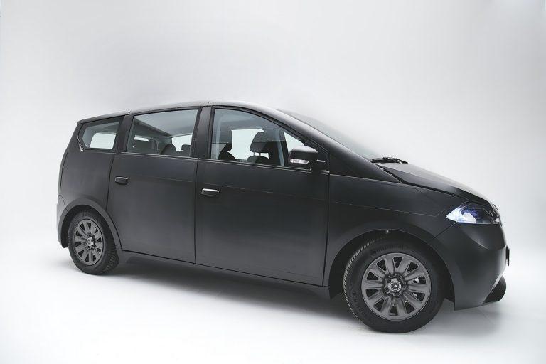 Sono présente sa nouvelle voiture électrique solaire
