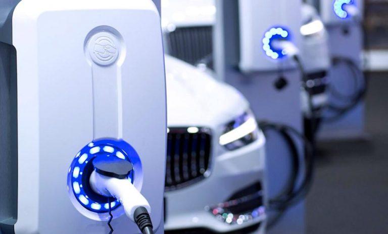 Une entreprise produit des batteries pour voitures électriques rechargeables en 5 minutes !