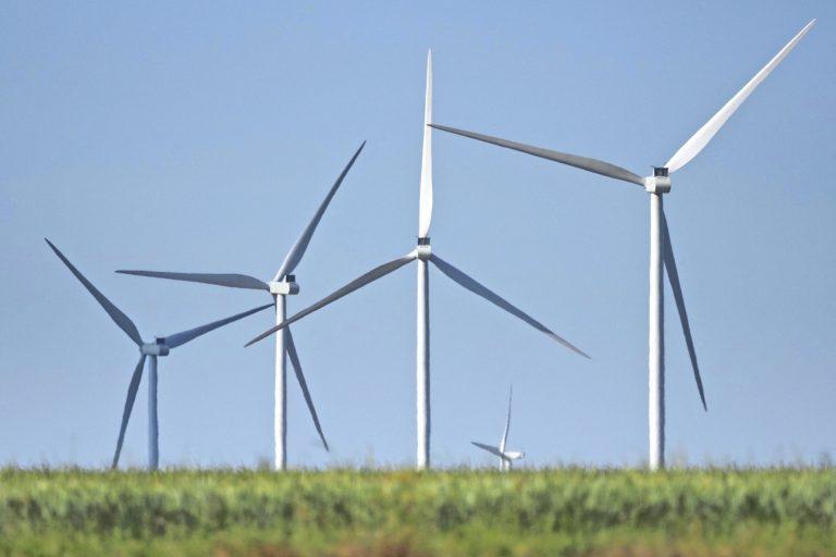 «Le socle des éoliennes resteront dans le sol» après leur démantèlement ? La loi française prévoit le contraire