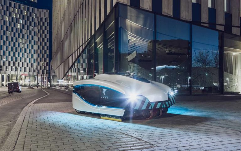 Un aspirateur géant nettoie les rues d'Helsinki la nuit