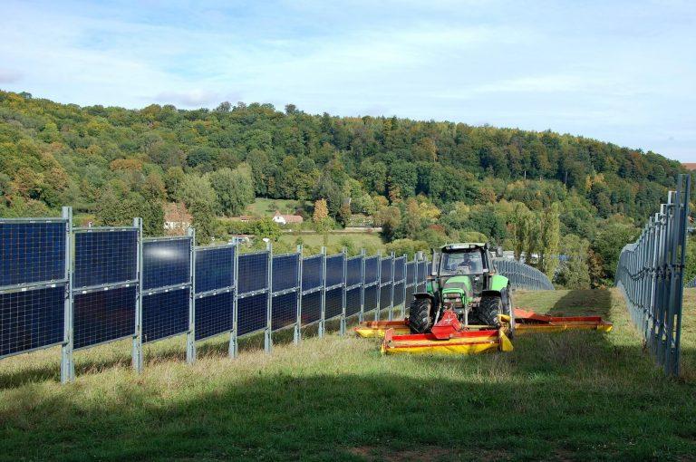 Comment des panneaux solaires verticaux peuvent soutenir les agriculteurs