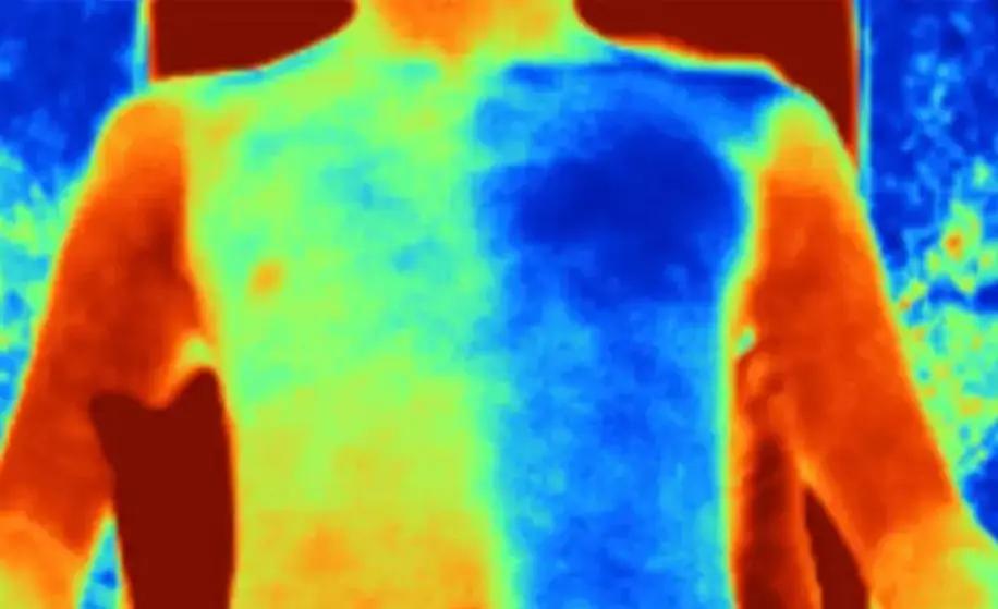 Un tissu intelligent réémet la chaleur absorbée pour garder son porteur au frais au Soleil